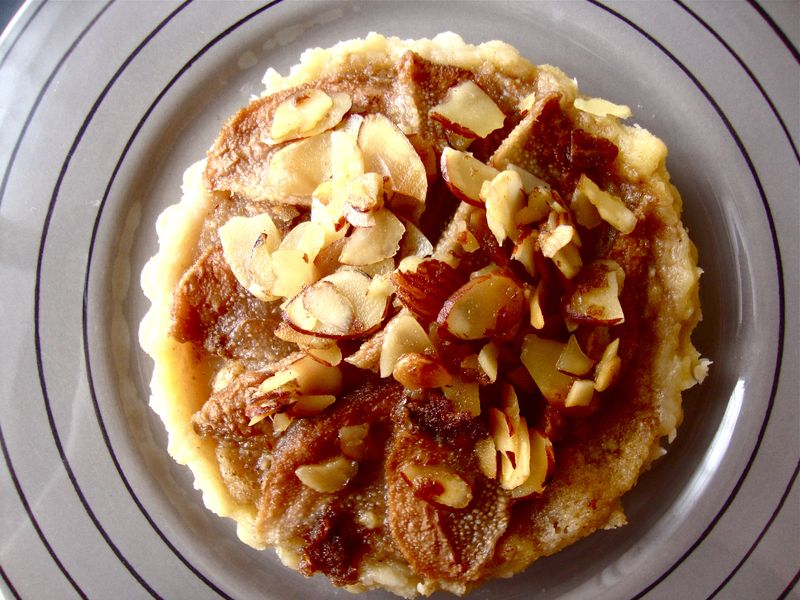 Pear and almond tartlette