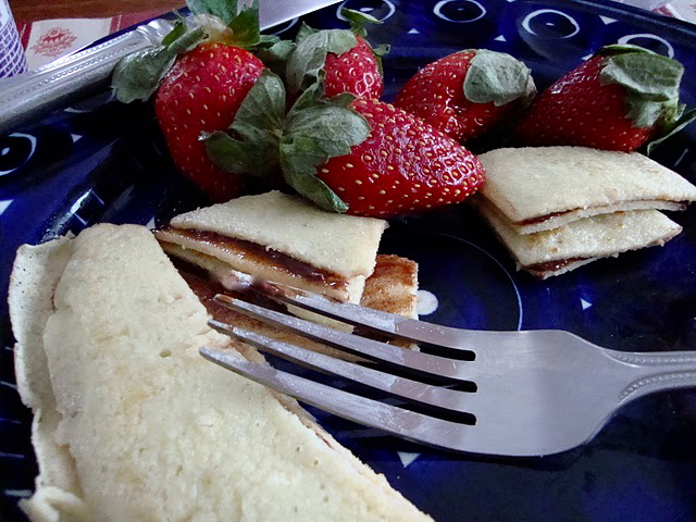 Nutella-filled crêpes with strawberries