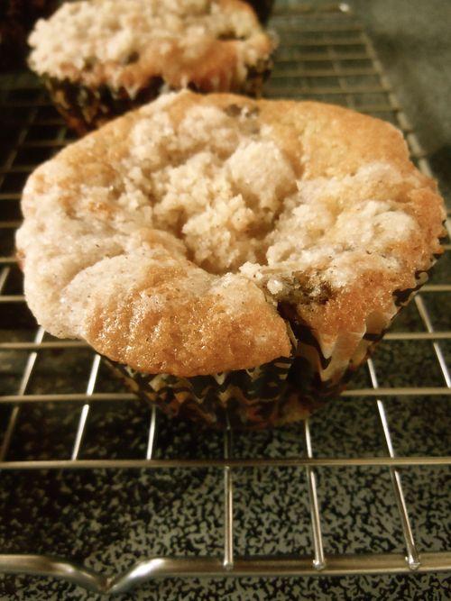 Banana chocolate chunk muffins with crumb topping